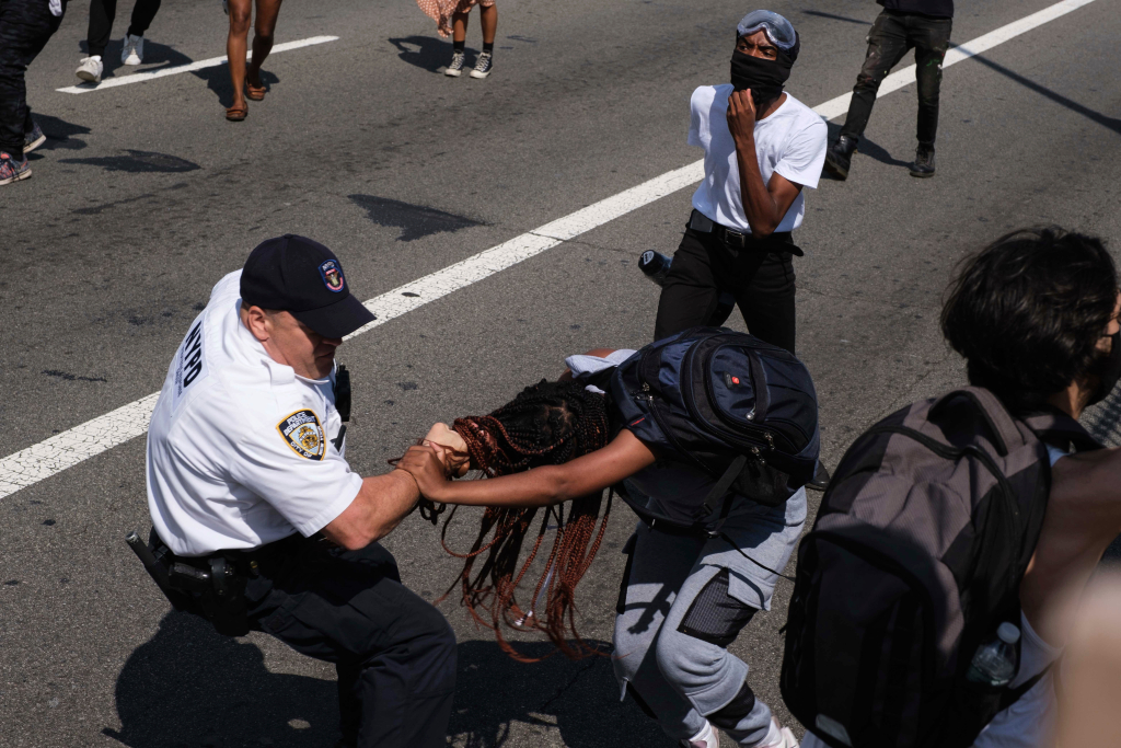 Officers, protesters clash during march on Brooklyn Bridge 1
