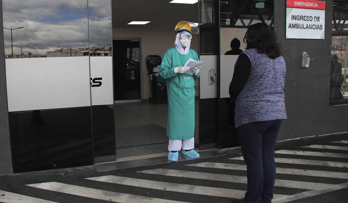 Hundreds wait hours for coronavirus care in Ecuador capital 1