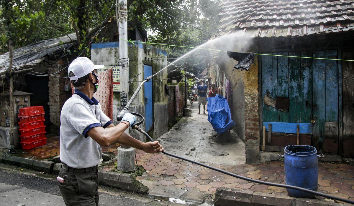 Lockdowns reimposed in India as virus cases near 1 million 1