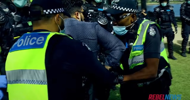 Australia: Riot Police Drag Journalist to the Ground, Arrest Him For Covering Anti-Lockdown Protest 1
