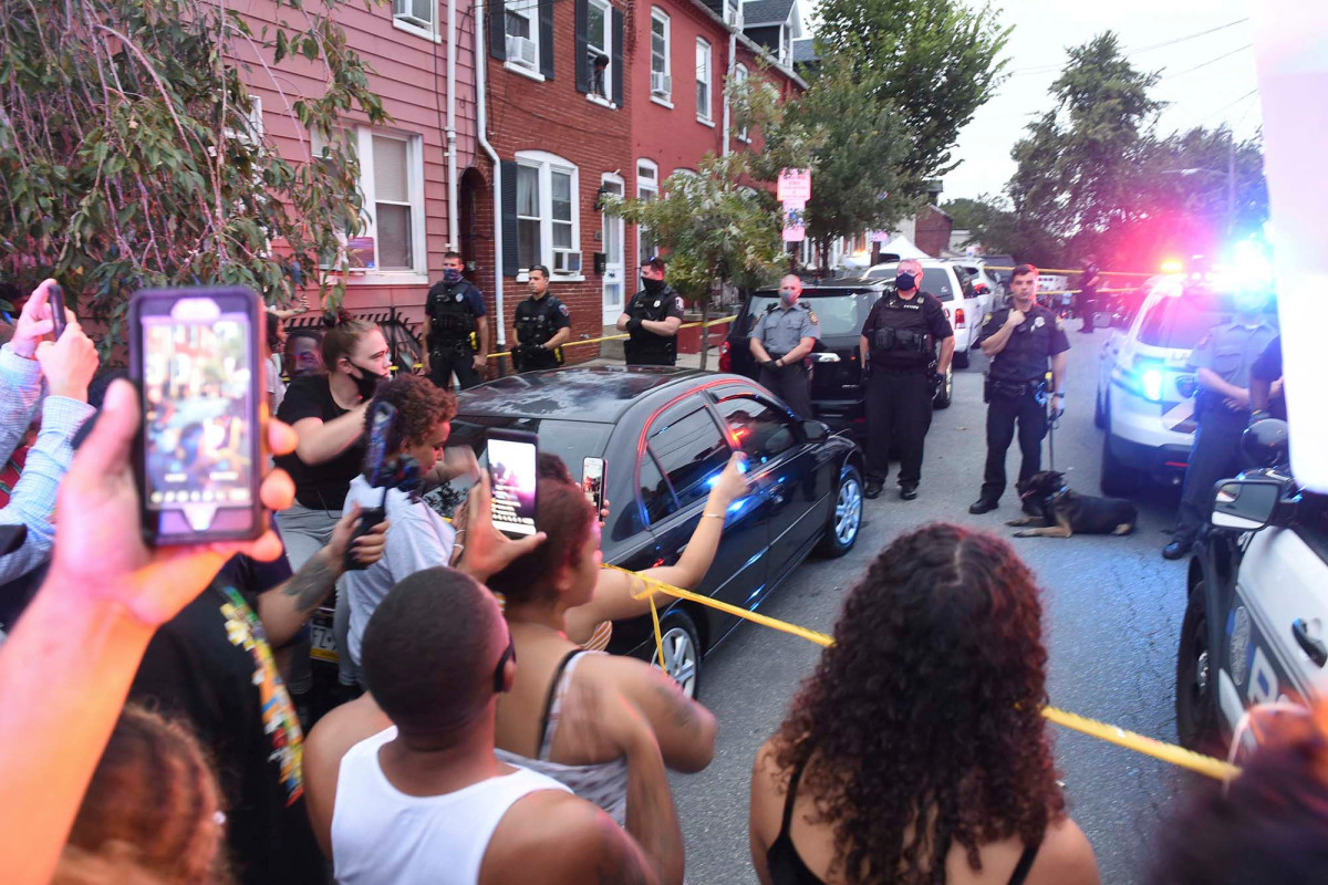 Protesters demand cops let themselves be stabbed or shot 1