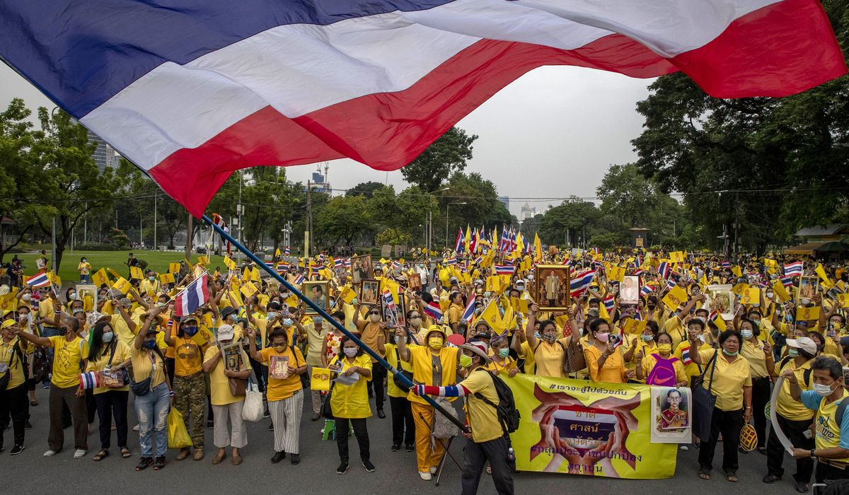 Thai royalists rally in counterpoint to student protesters 1