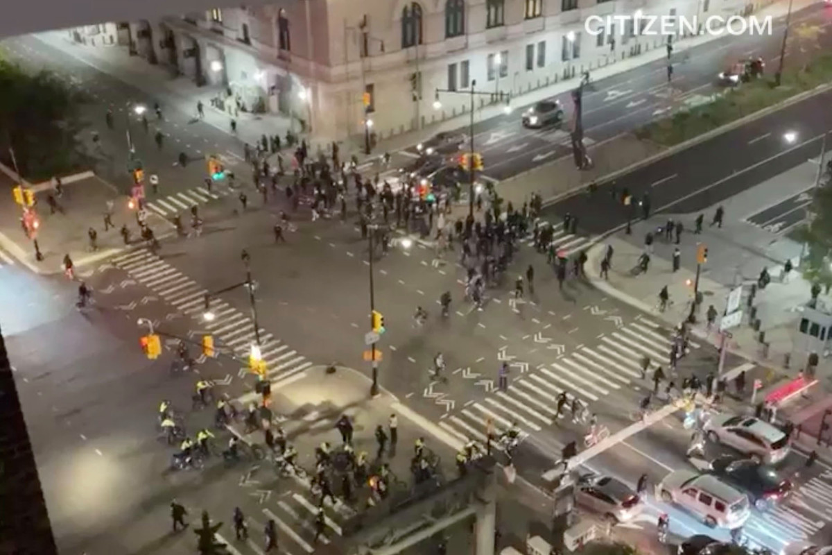 Anti-cop protesters leave trail of destruction in Downtown Brooklyn 1