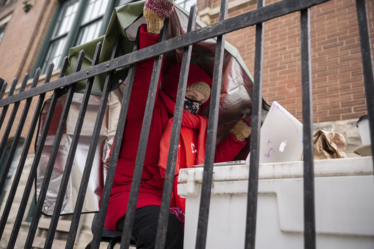 Chicago teachers defy district, refuse to teach inside schools amid safety concerns 1