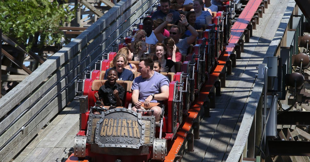 Six Flags plans to reopen Illinois parks this spring, hire 4,000 workers 1