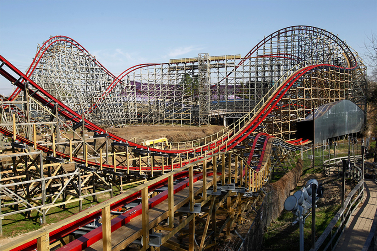 Six Flags to open all parks and hire thousands of employees 1