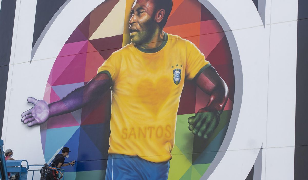 Pelé gets his first COVID-19 shot, urges mask use 1