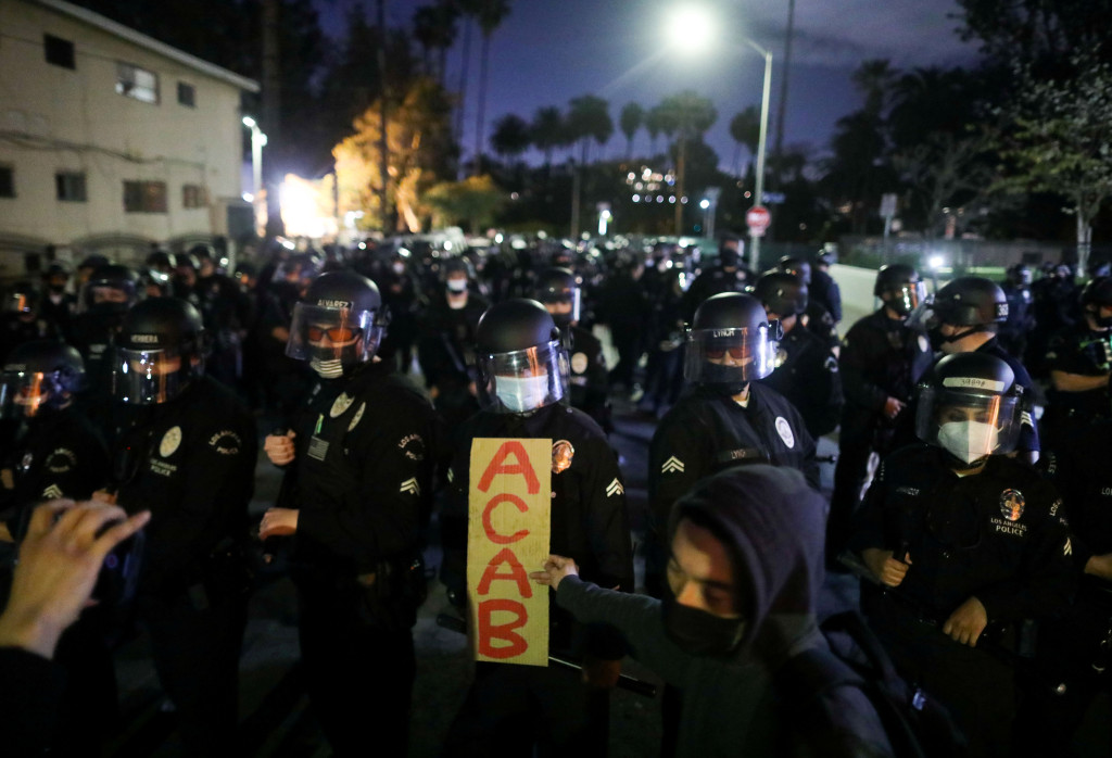 LA police battle protesters as cops clear tent city in local park 1