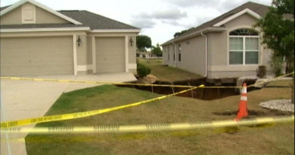 Giant sinkhole opens up between two Orlando homes 1