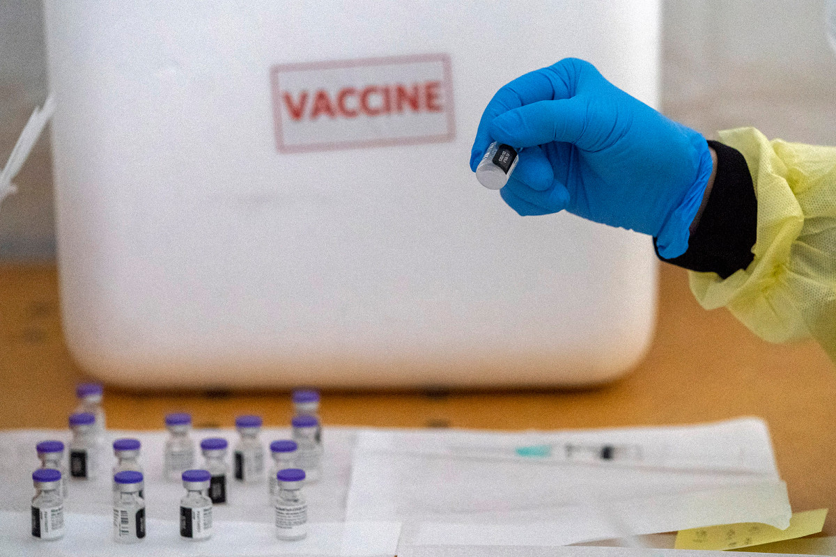 US health care workers skeptical about COVID-19 vaccines, survey finds 1
