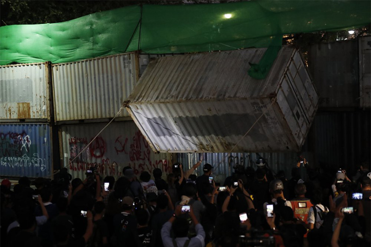 Thai police use tear gas and rubber bullets to break up protesters 1
