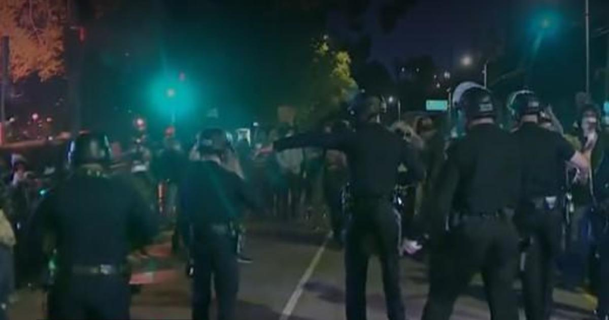 Police and protesters face off at L.A. park with large homeless camp 1