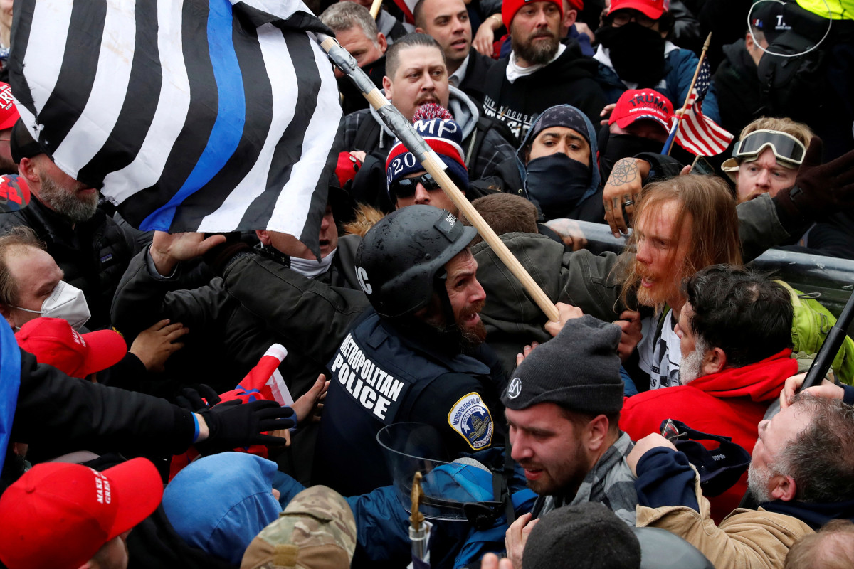 Man charged with using 'electroshock weapon,' flagpole to assault cop during Capitol riot 1