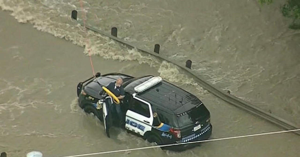 Rescuers pluck police officer from Texas floodwaters 1
