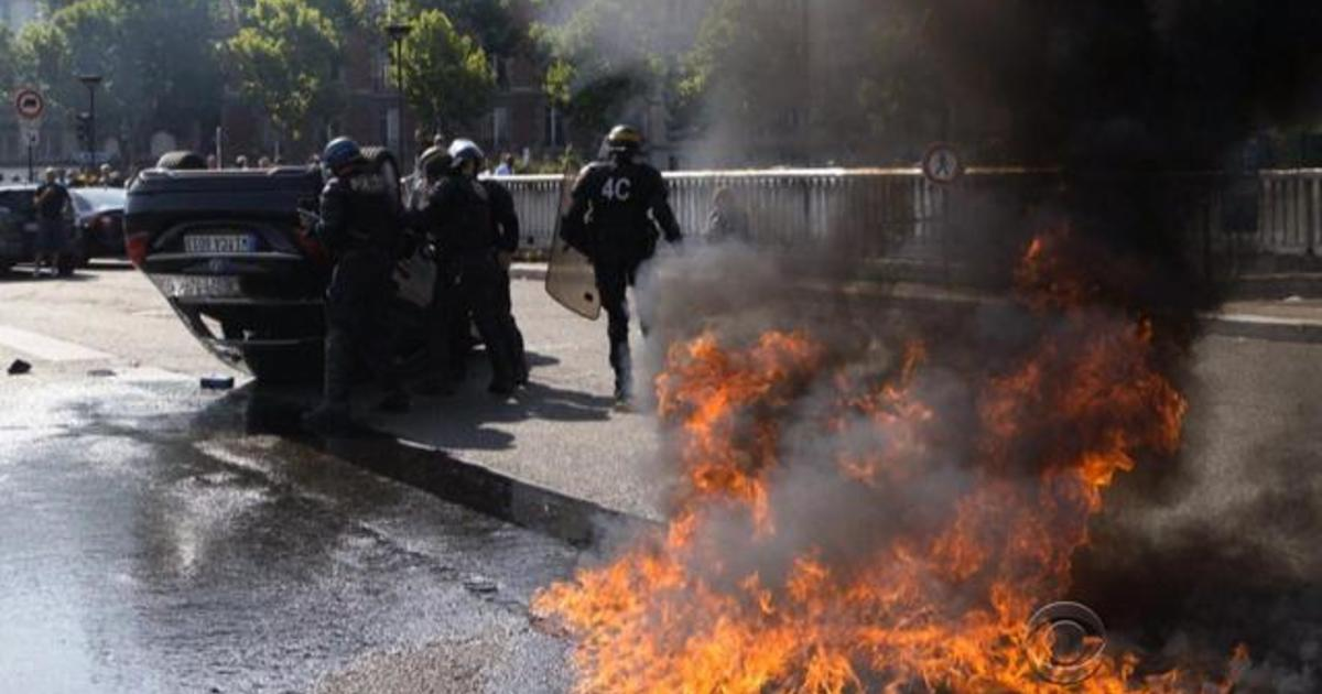 Taxi drivers protest in France over Uber 1