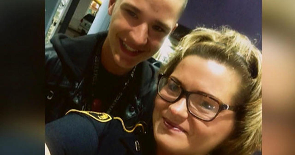 Teen's selfie with police officer goes viral 1
