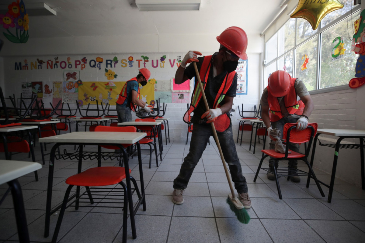 Mexican parents clean reopening schools where thieves took even toilet doors 1