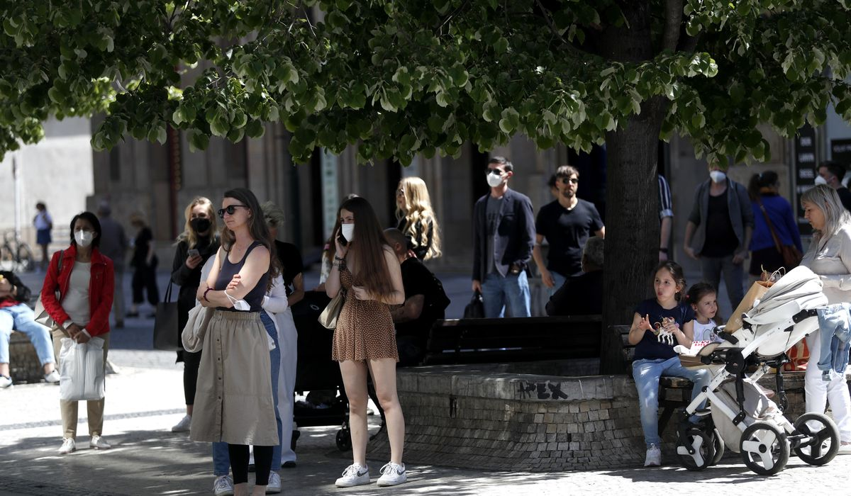 Czechs massively relax restrictions, honor COVID-19 victims 1