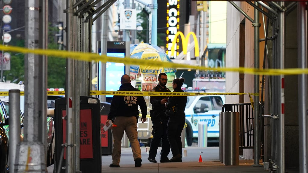 'Motherly instincts' kicked in, says hero police officer who saved 4-year-old in Times Square shooting 1