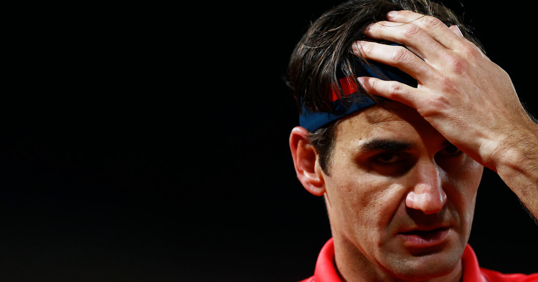 Federer Escapes With a Win in a French Open Night Match 1