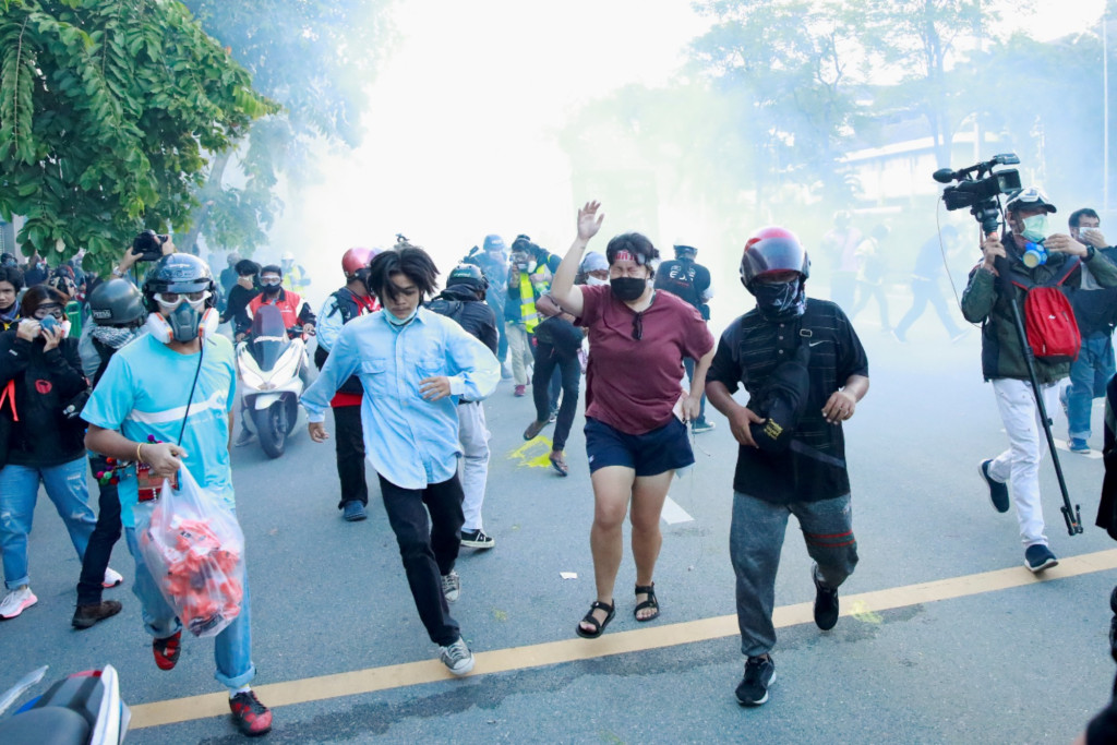 Thai police use water cannon to tackle protest against PM 1