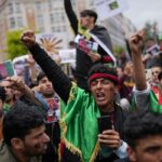 Taliban fighters clash with protesters in first major violence since fall of Kabul 7