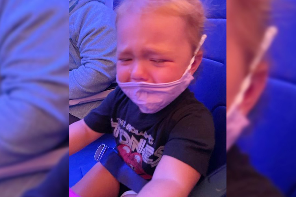 Mom claims flight attendant told her to 'glue' mask to toddler's face 1