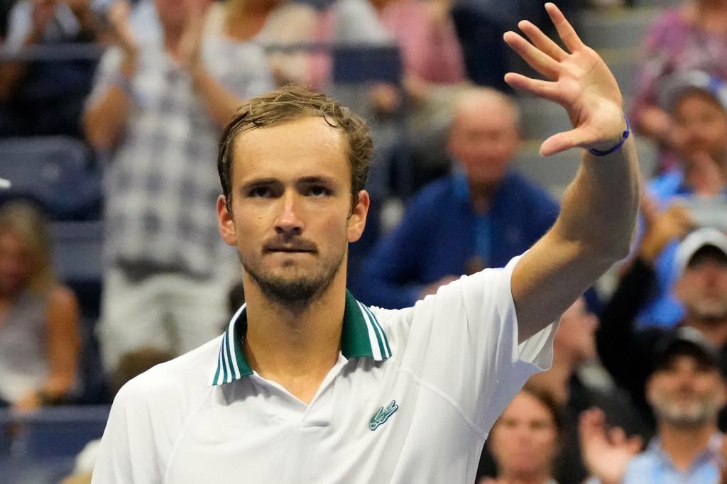 Going from villain to hero, Daniil Medvedev rolls on at US Open 1