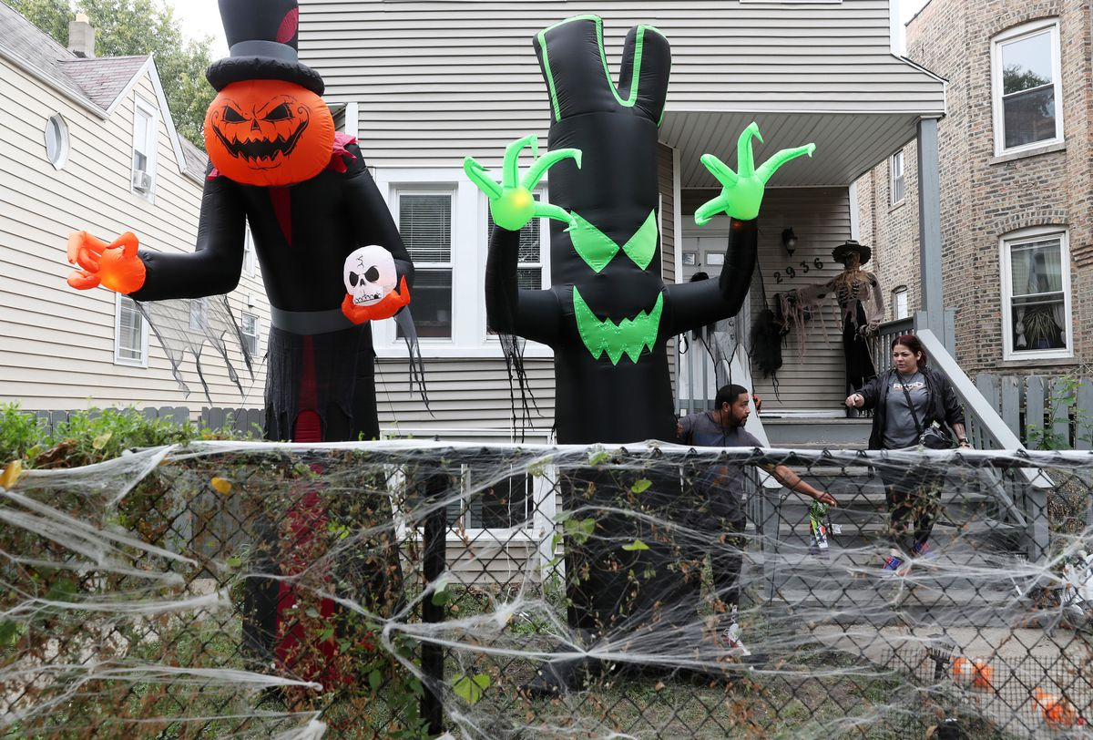 Another pandemic Halloween: Chicago advises face masks and hand sanitizers for trick-or-treating, plans COVID-19-safe holiday events 1