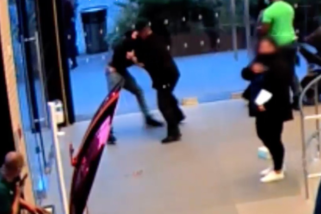 Video shows man attacking NYC Apple Store guard, worker amid mask dispute 1